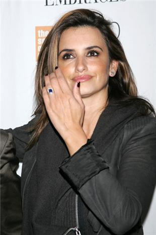 penelope-cruz-engaged-ring This weekend actress Penelope Cruz was