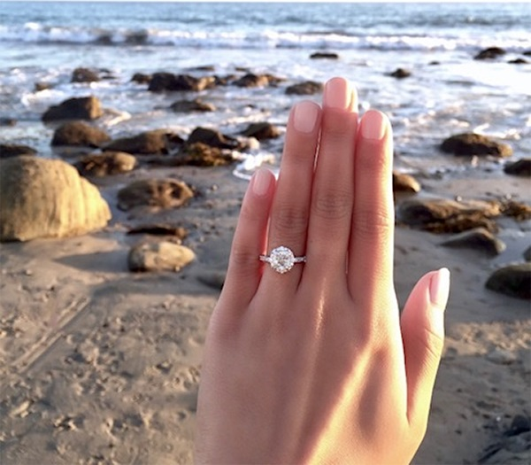 amazing-beach-proposal-engagement-ring